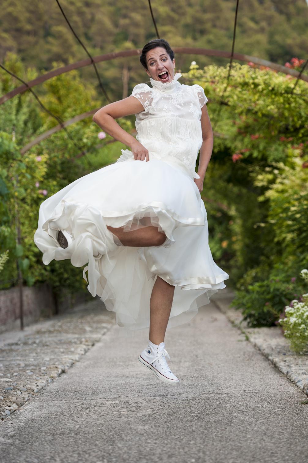 Hélène a choisi de mettre ses converses blanches pour la soirée avec sa robe Delphine Manivet