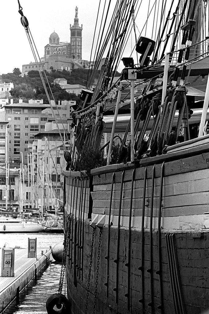 Le Marseillois avant qu'il ne coule dans le port de Marseille