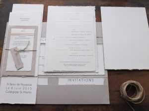 Des faire-part avec des papiers faits-main, des papiers recyclés, de la dentelle ...