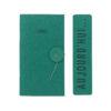 Carnet moyen-format avec une couverture vert émeraude et pages intérieures tout en papiers 100 % recyclés