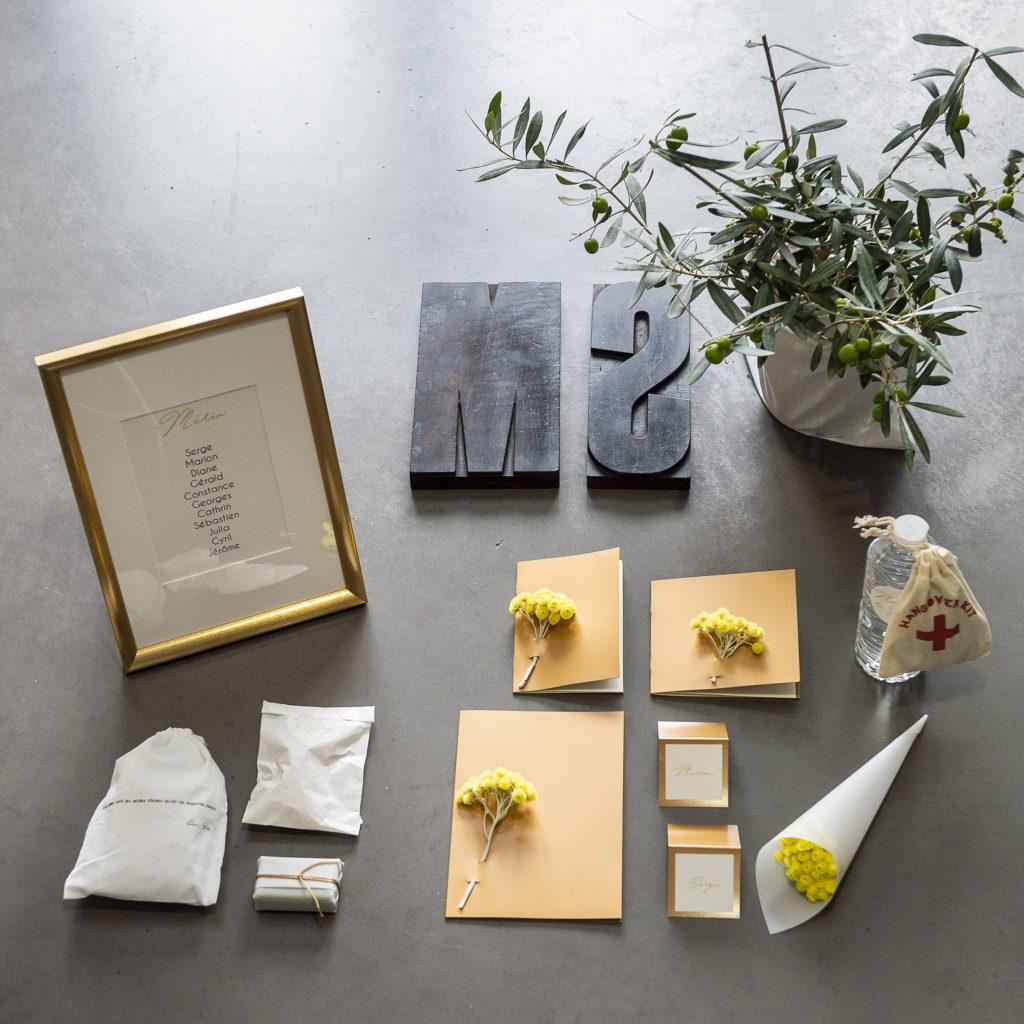Petit échantillon de papeterie d'un mariage papiers cuivrés et papiers blancs des immortelles et des oliviers