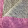 Détails de la couverture laine beige et tissu rose à petits pois blancs