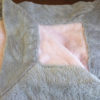 Une couverture tout en douceur rose et gris