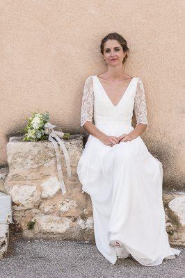 La mariée prend la pose en attendant le marié à Ventabren en Provence