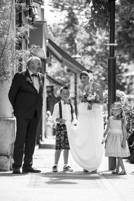 Accompagnée des ses enfants d'honneur et de son papa la mariée attend pour rentrer dans l'Église