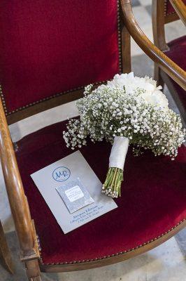 Un livret de cérémonie avec son sachet de lavande pour la sortie de l'église
