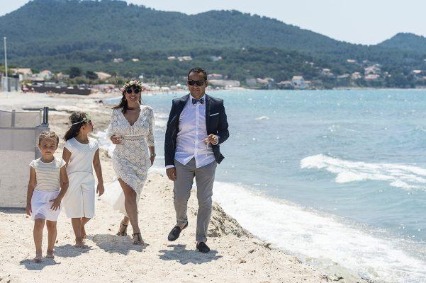 Balade en famille sur un plage du Var après la cérémonie Civile