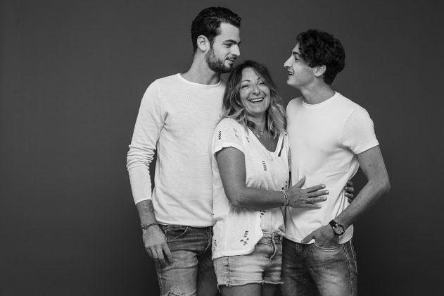 S et ses fils en studio photo NB