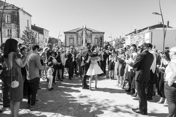 La sortie de l'église le moment où les mariés découvrent toutes les personnes venues pour eux !!