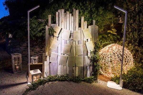 Plan de table à la Tour Vaucros placé sur des planches brut. Joli mélange d'un beau papier et d'une matière brute...