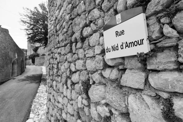 Jolie rue et joli nom de rue d'un village du Luberon